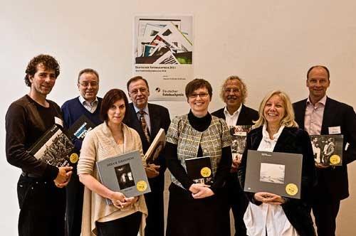 Die Jury zum Deutschen Fotobuchpreis 2011 mit den Siegertiteln