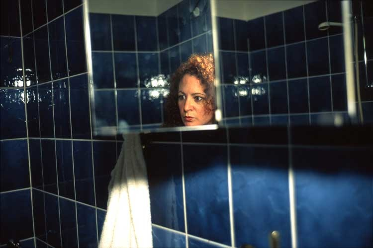 Nan Goldin: Self-Portait in my Blue Bathroom, Berlin 1991, Sammlung Berlinische Galerie  Nan Goldin