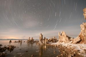Sternspuren am Mono Lake, unbearbeitete Aufnahme: Der Mond machte in 40 Minuten die Nacht zum Tage.