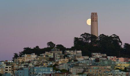 Coit Tower in San Francisco. Diese Aufnahme verlangte ein Höchstmass an Planung. © Peter Sennhauser 2009