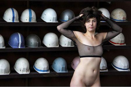 Aktfoto: Nackt unter Helmen