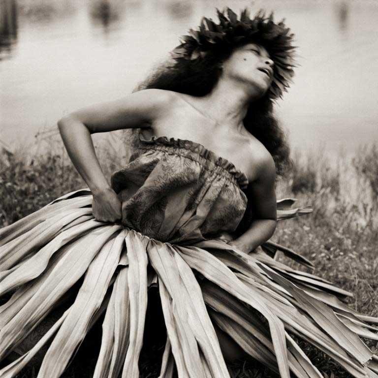 © Dana Gluckstein, Sängerin bei einer religiösen Zeremonie, Hawaii 1996