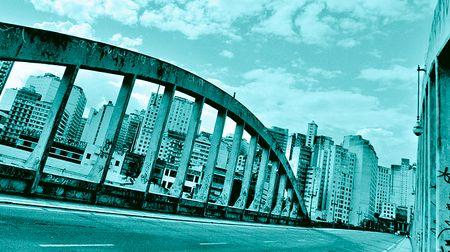 Brückenbogen: Schwungvoll in die falsche Richtung