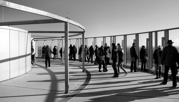 Menschengruppe: Form, Licht und Schatten