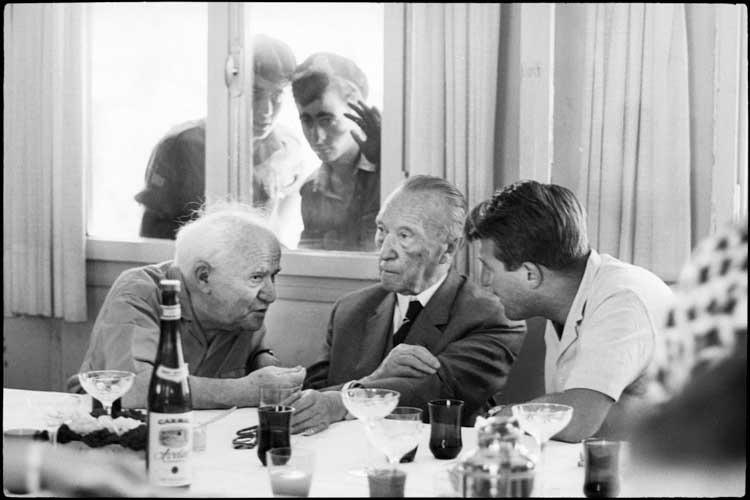 Micha Bar-Am: Treffen zwischen David Ben-Gurion und Konrad Adenauer, Speisesaal des Kibbuz Sde Boker, 1966 © Micha Bar-Am/ Magnum Photos