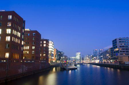 Hafenbild: In der Blauen Stunde