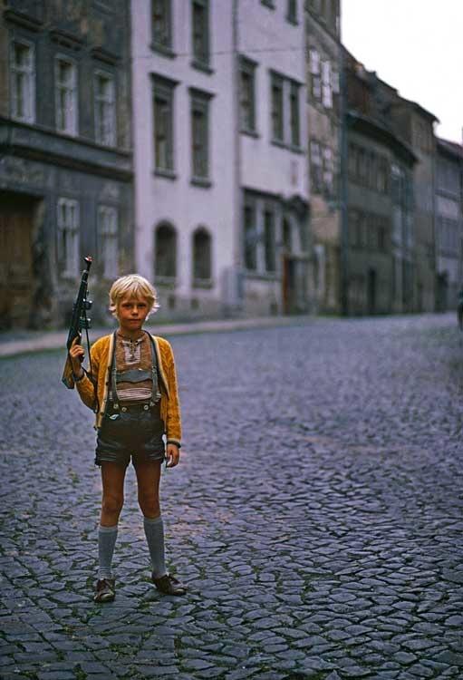 Junge mit Spielzeuggewehr Görlitz, 1976 © Thomas Hoepker / Magnum