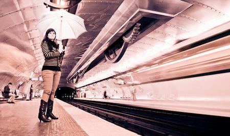 Konzeptfoto: Regungslos starrt die Frau