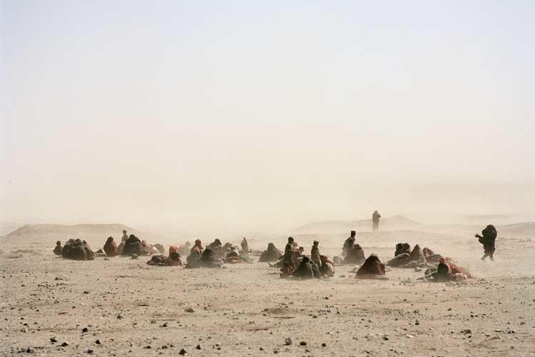 Daniel Schwartz: Flüchtlinge aus dem Hungergebiet. Herat, Afghanistan 2001. © 2001 Daniel Schwartz / ProLitteris / VG Bild-Kunst, Bonn 2011