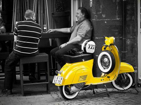 Roller vor Straßencafe: Straßenfoto mit Colorkey
