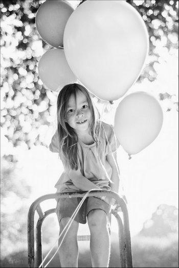 Gegenlichtporträt: Lola mit den Luftballons