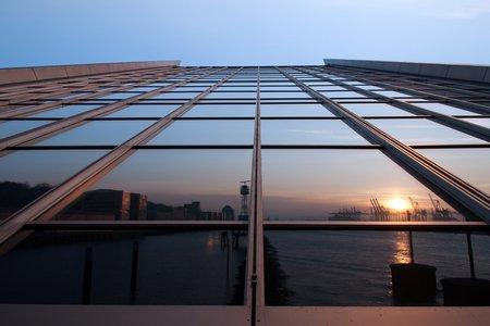 Fensterfront mit Fluchtpunkt: Der Sonne entgegen