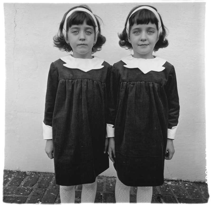 Diane Arbus: Identical Twins, Roselle, N.J. 1967 (Eineiige Zwillinge, Roselle, New Jersey 1967) © The Estate of Diane Arbus