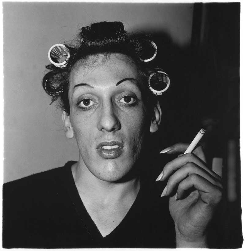 Diane Arbus: A young man in curlers at home on West 20th Street, N.Y.C. 1966 (Junger Mann mit Lockenwicklern zu Hause in der West 20th Street, New York City 1966) © The Estate of Diane Arbus