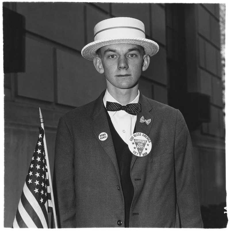 Diane Arbus: Boy with a straw hat waiting to march in a pro-war parade, N.Y.C. 1967 (Junge mit Strohhut vor dem Abmarsch einer Parade von Kriegsbefürwortern, New York City 1967) © The Estate of Diane Arbus