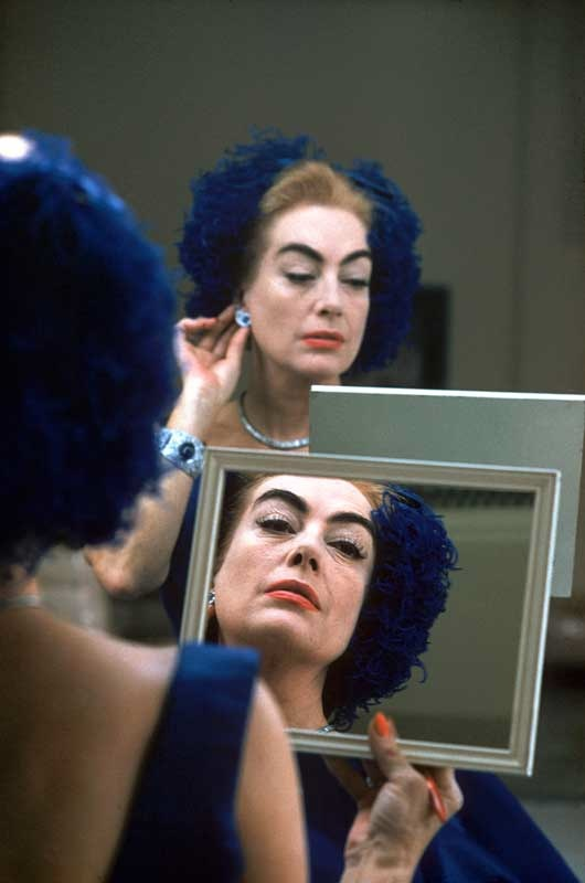 Eve Arnold: Joan Crawford in ihrer Garderobe whrend der Dreharbeiten zu Alle meine Trume. Hollywood, California, 1959.  Eve Arnold / Magnum Photos