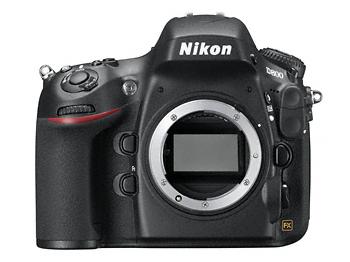 Die Nikon D800 in den Händen gehalten