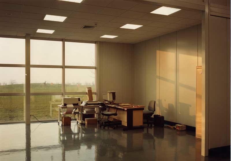 Lewis Baltz: Unoccupied office, Mitsubishi, Vitre (FR), 1989-1991. Aus der Serie 89/91 Sites of Technology © Lewis Baltz, courtesy Galerie Thomas Zander, Köln