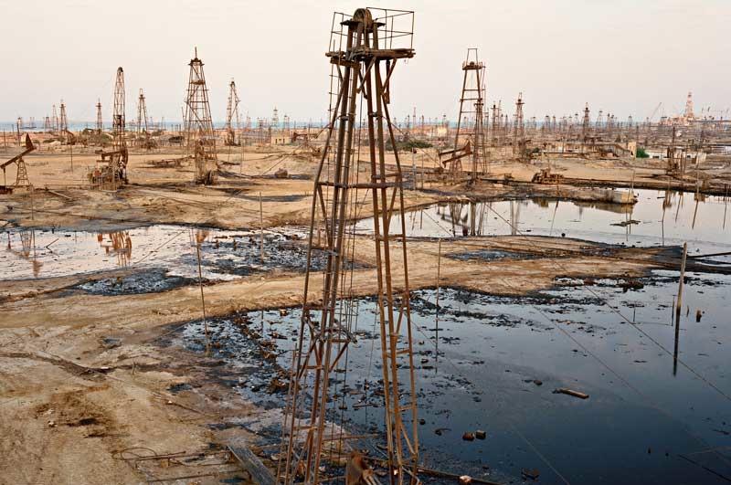 Edward Burtynsky: SOCAR Oil Fields #9. Baku, Azerbaijan. 2006 © Edward Burtynsky . Courtesy Nicholas Metivier, Toronto . Stefan Röpke, Köln