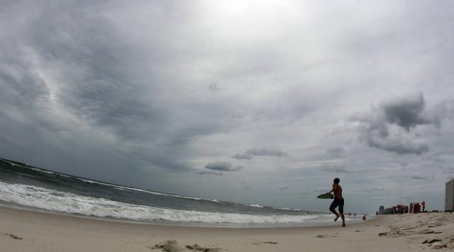 Fotografien aus 24 Stunden: Sturm über dem Meer und in den Wahlkammern.