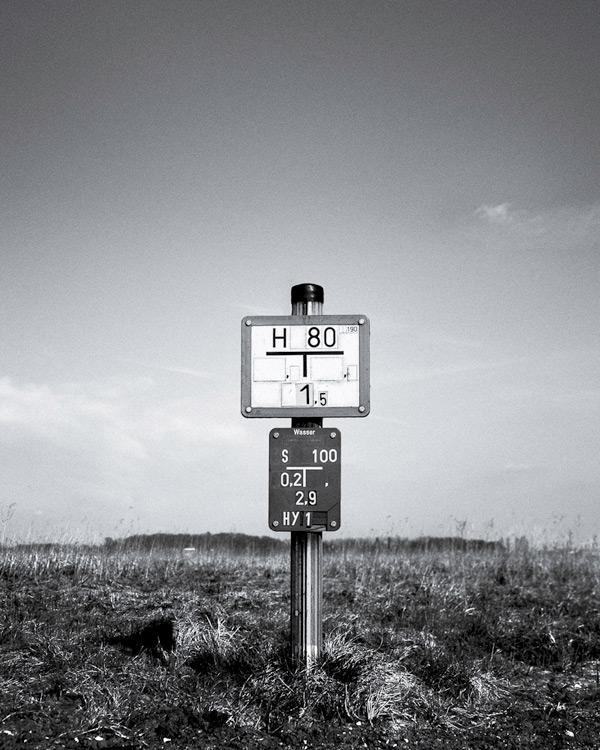 Leserfoto: Wegweiser in Schwarzweiß – Und jetzt was?