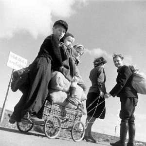 Margaret Bourke-White: Ein Paar zieht einen mit drei Kindern und Proviant beladenen Handkarren, Deutschland, April 1945