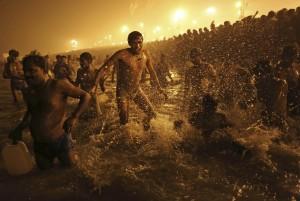 Am Rande der rituellen Waschungen im Ganges bei Sangam / Indien (AP Photo/ Saurabh Das)