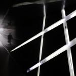 Mann in einem Tunnel mit Lichtdekoration (AP Photo/Lee Jin-man)