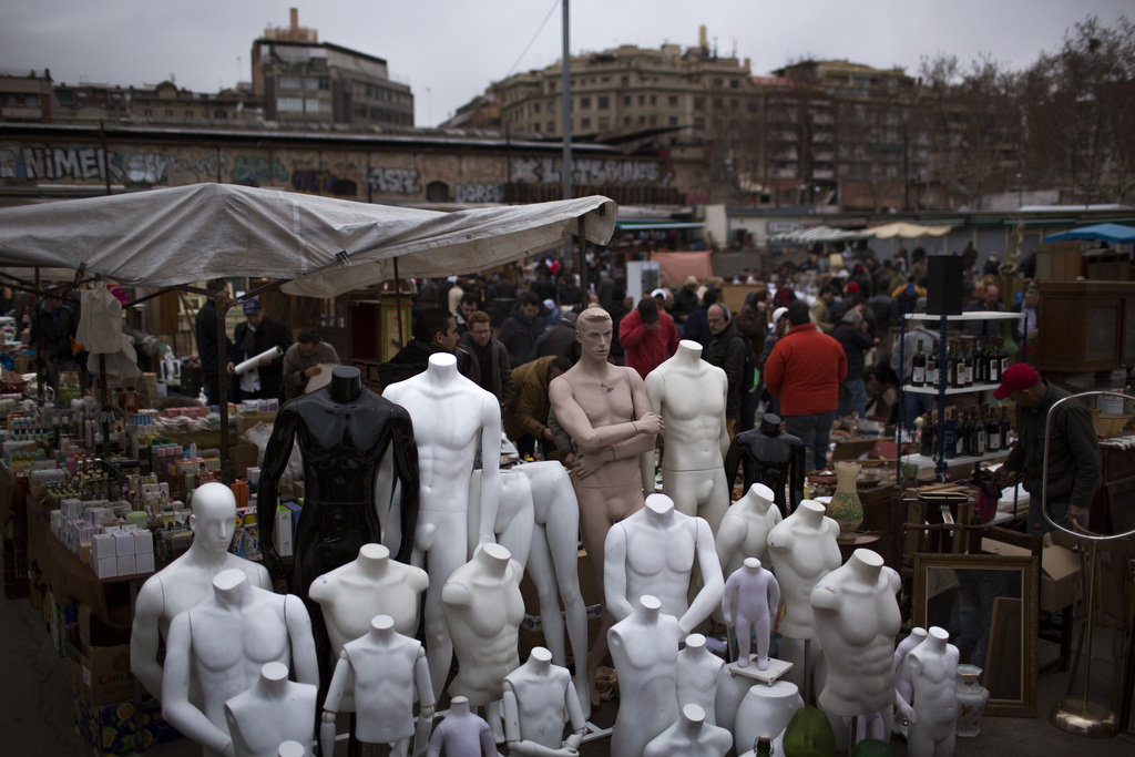 Second-Hand-Modepuppen auf einem Markt in Barcelona (AP Photo/Emilio Morenatti)