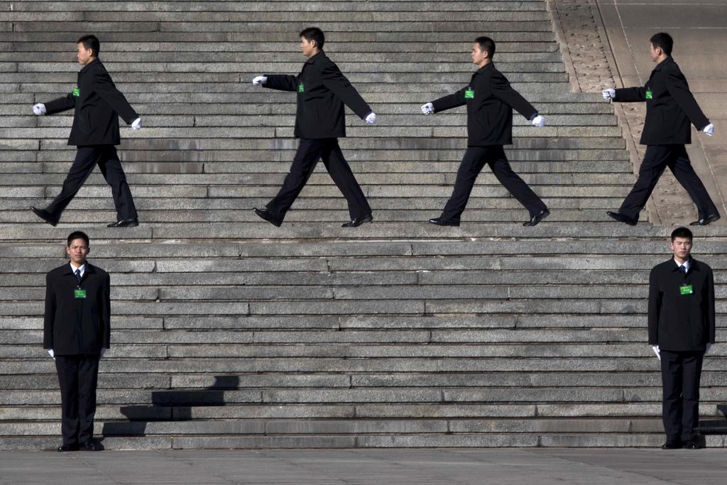 Sicherheitspersonal auf der Treppe vor der Halles des Volkes, China (AP Photo/Ng Han Guan)