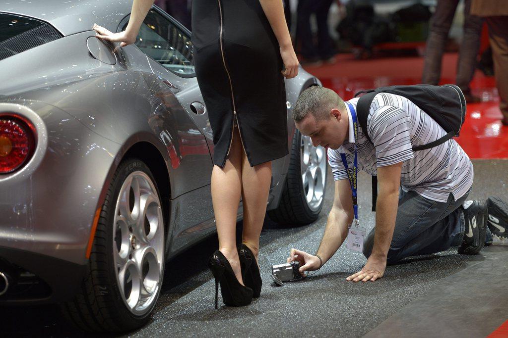 Ein Model und ein Journalist auf dem Autosalon in Genf, Schweiz. (Keystone/Martial Trezzini)