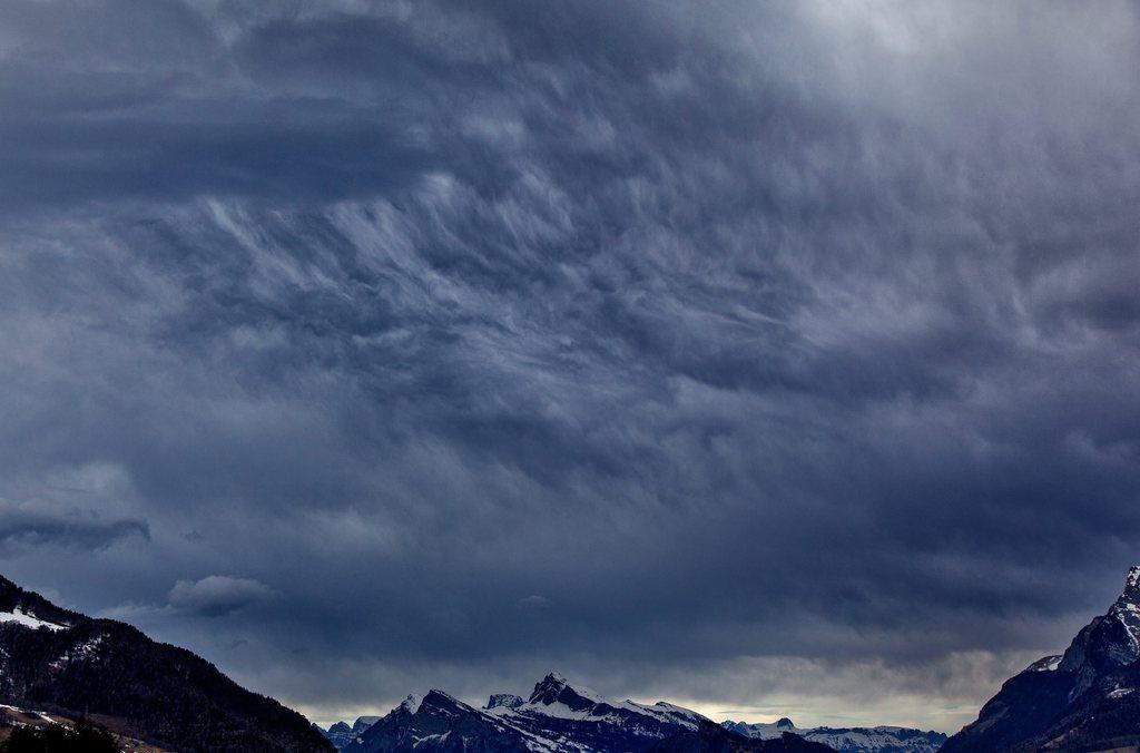 Dunkle Föhnwolken überziehen den Himmel über dem Churer Rheintal, Schweiz. (Keystone/Arno Balzarini)