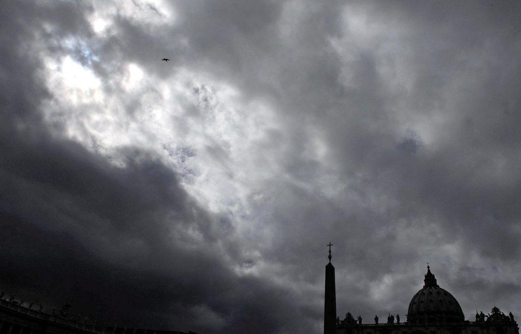 Dunkle Wolken über dem Vatikan, Italien (Keystone/EPA/Ettore Ferrari)