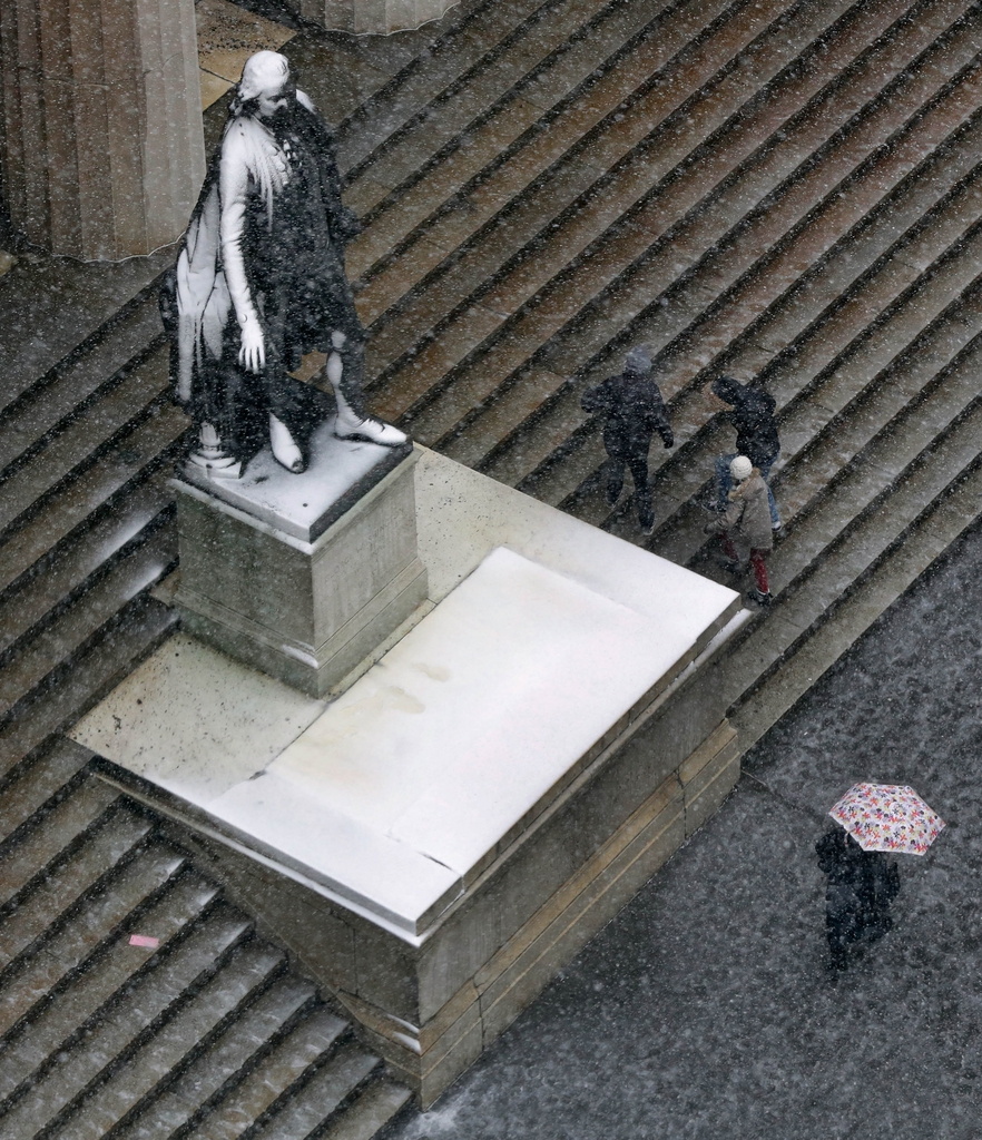 Passanten und die George Washington Statue in New York, USA (Keystone/AP Photo/Richard Drew)