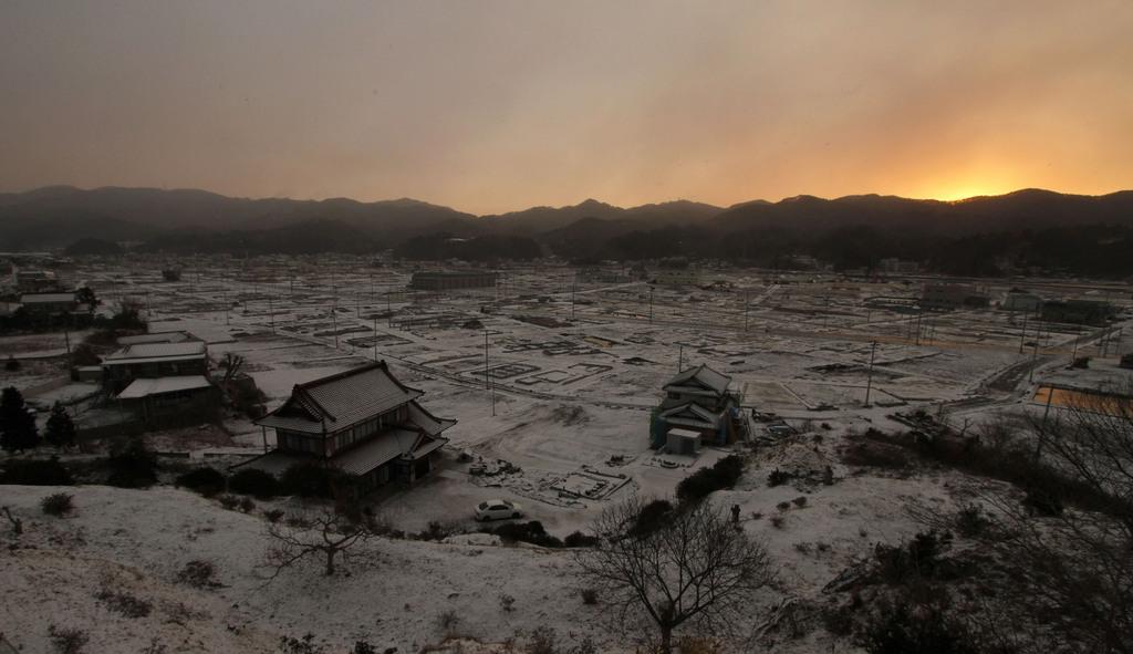 Verwüstete und schneebedeckte Landschaft in der Morgendämmerung,  in Kesennuma, Nordostjapan, am zweiten Jahrestag des Tsunamis  (AP Photo/Koji Ueda)