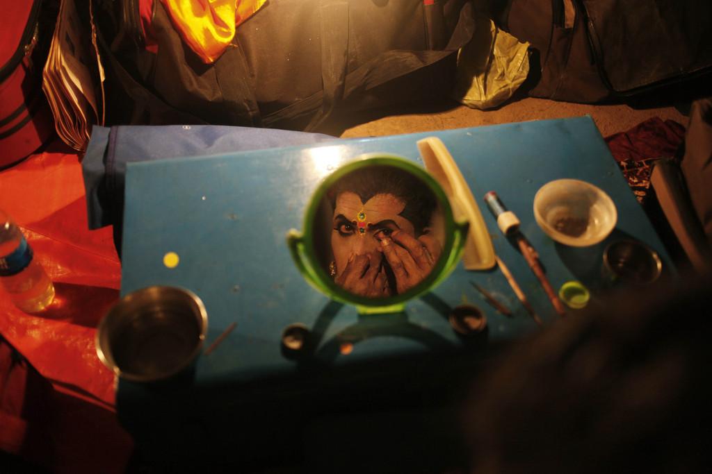 Am Schminktisch zur Vorbereitung auf ein Hindu-Festival, Nord-Goa, Indien (AP Photo/Rajesh Kumar Singh)