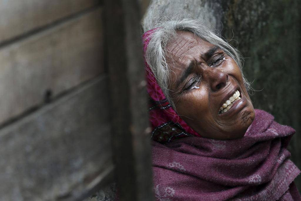 Die Mutter eines der Vergewaltigung angeklagten Mannes weint, Neu Delhi, Indien, (AP Photo/Manish Swarup)
