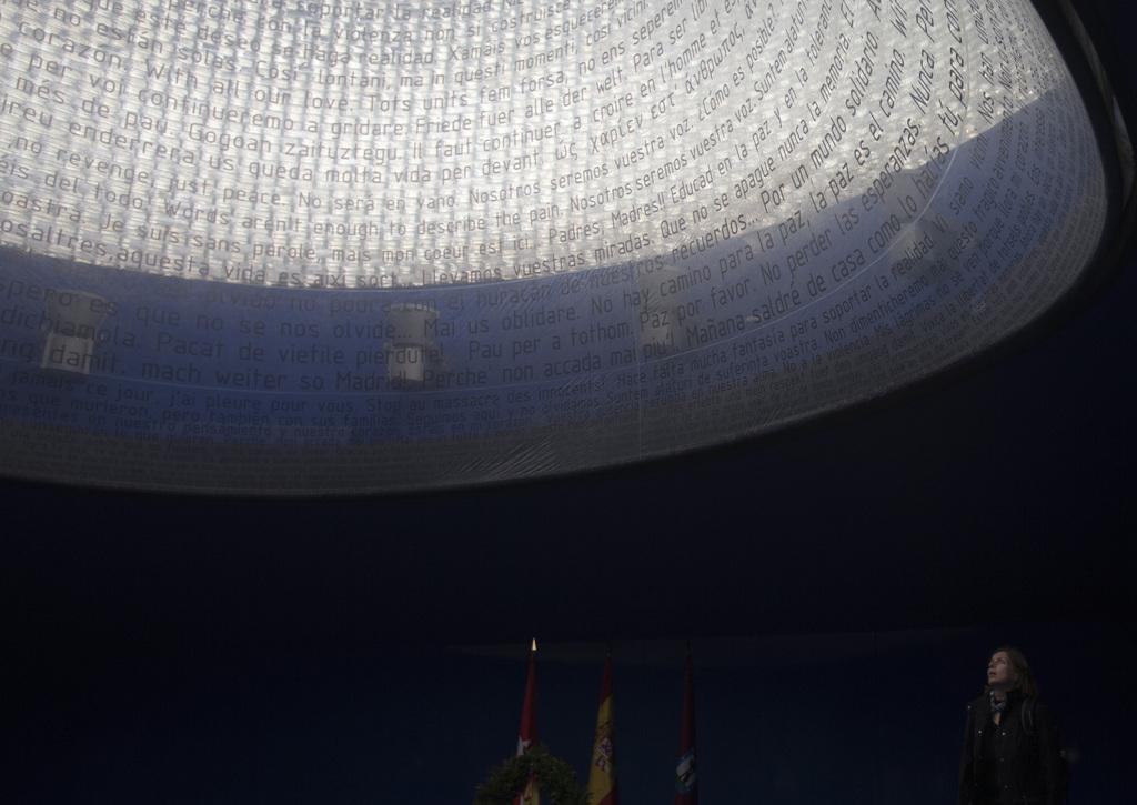 Jahrestag des Bombenattentats auf die Atocha-Station in Madrid 2004: In der Kuppel stehen die Namen der Opfer  (AP Photo/Paul White)