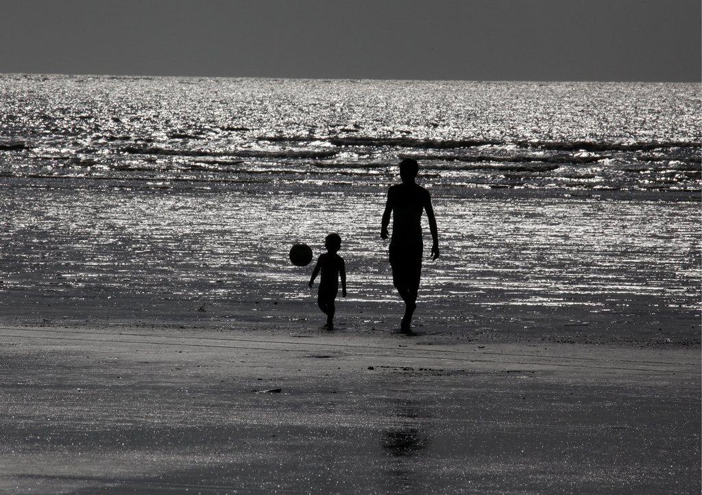 Spiel am Strand von Mumbai, Indien EPA/DIVYAKANT SOLANKI