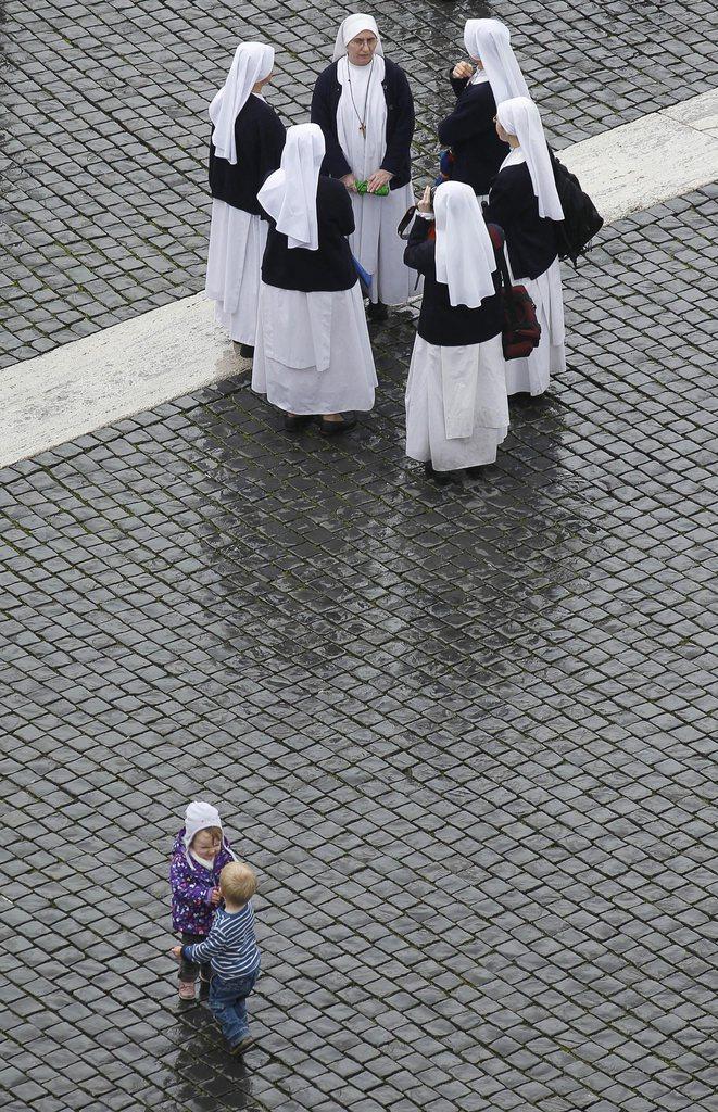 Im Gespräch auf dem Petersplatz, Vatikan (Keystone/EPA/Alessandro Di Meo)