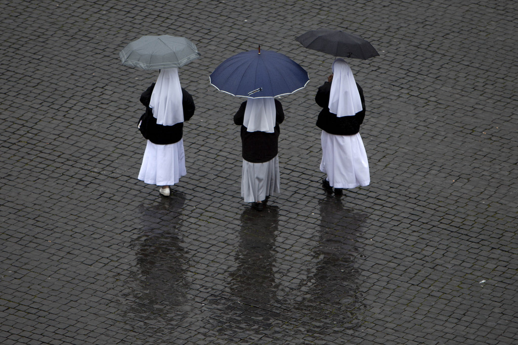 Drei Nonnen im Regen auf dem Petersplatz, Vatikan (Keystone/AP Photo/Oded Balilty)