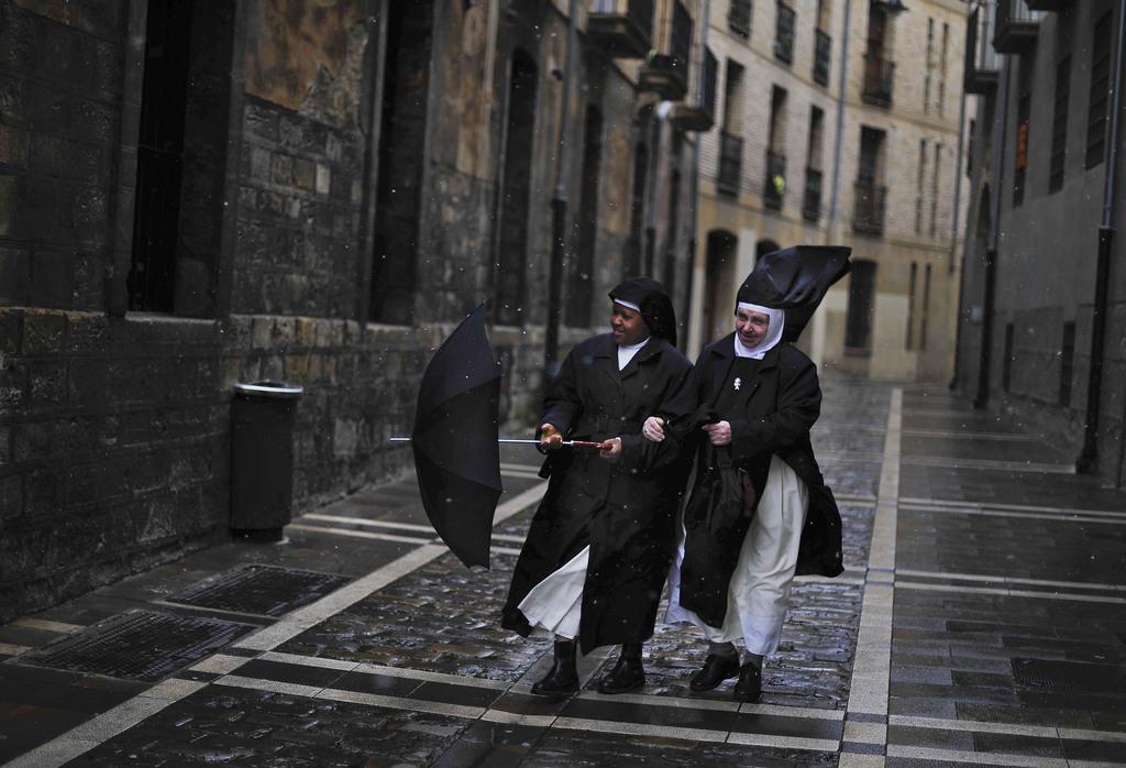 Zwei Nonnen im Regen in Pamplona, Spanien (Keystone/AP Photo/Alvaro Barrientos)