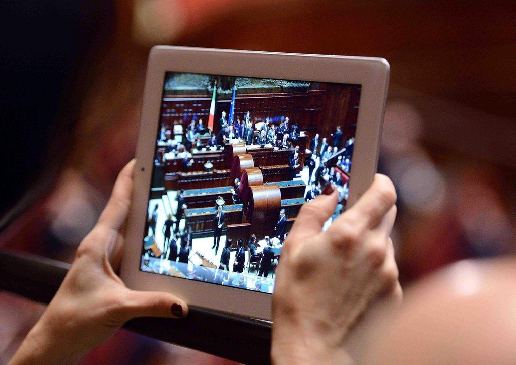 Ein Journalist verfolgt die erste Sitzung des neuen Parlaments in Rom, Italien (Keystone/EPA/Claudio Onorati)