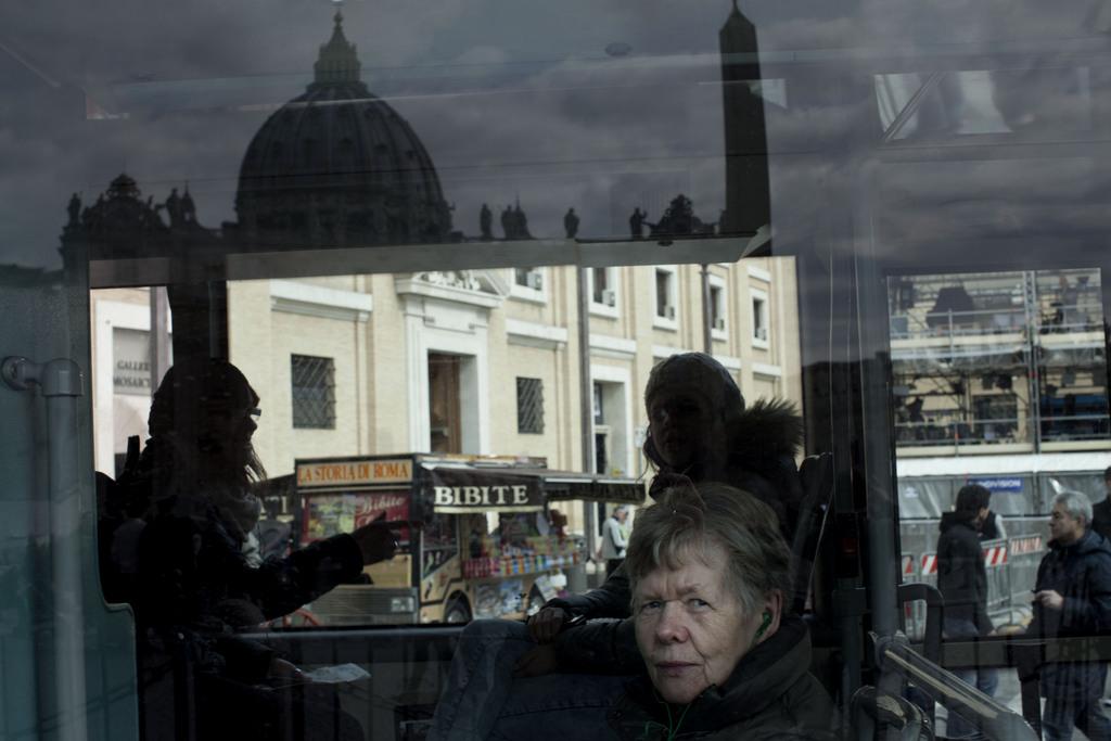 Der Petersdom gespiegelt in einem Busfenster, Vatikan (Keystone/AP Photo/Oded Balilty)