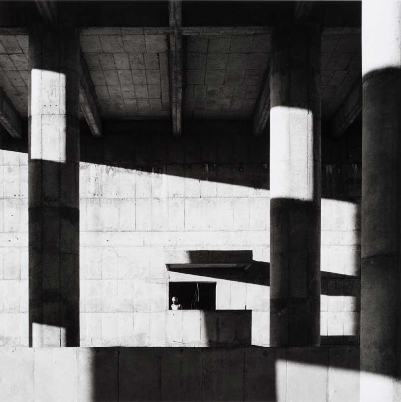 Lucien Hervé - Le Corbusier: Fassade des Sekretariatsgebäudes, Chandigarh, 1961, Silbergelatine-Abzug, 25.5 x 25.4 cm, Canadian Centre for Architecture, Montréal © Estate Lucien Hervé