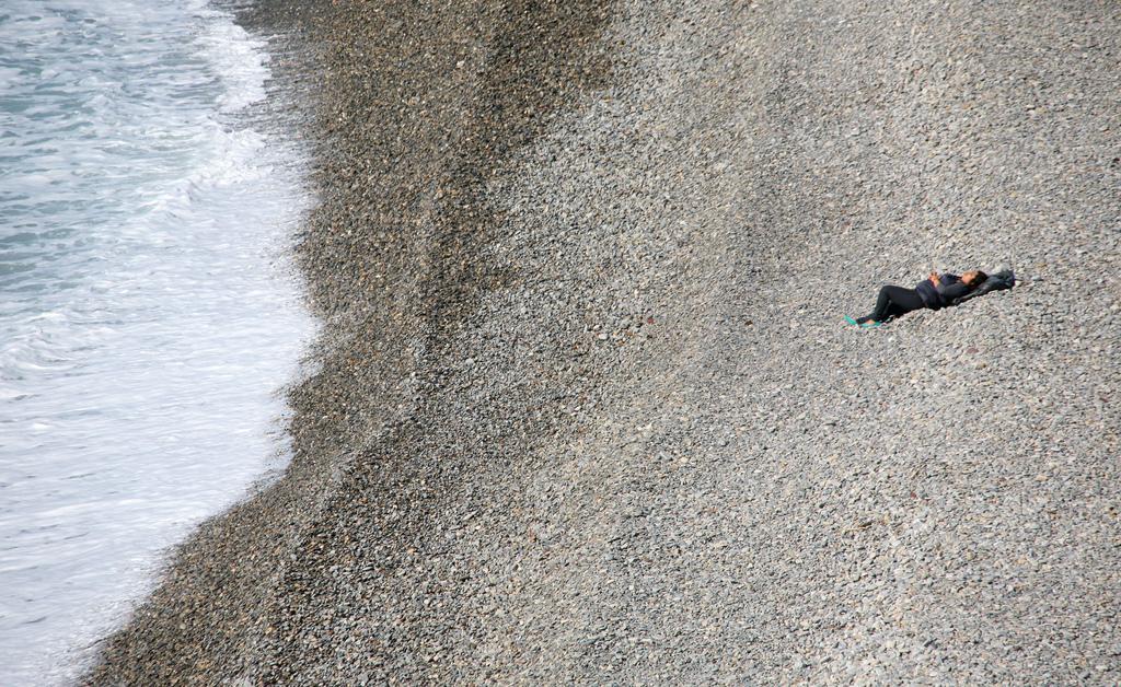 Eine Frau am Strand von Nizza, Frankreich (Keystone/AP Photo/Lionel Cironneau)