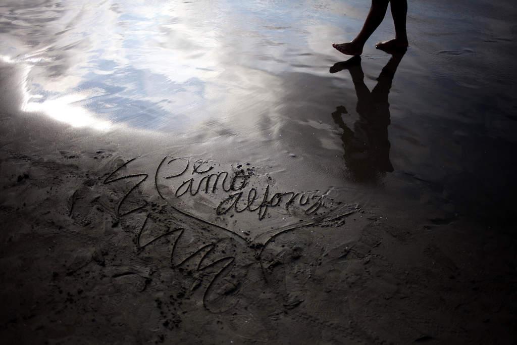 Spaziergänger am Strand und eine Liebeserklärung im Sand in Lima, Peru. (Keystone/AP Photo/Rodrigo Abd)