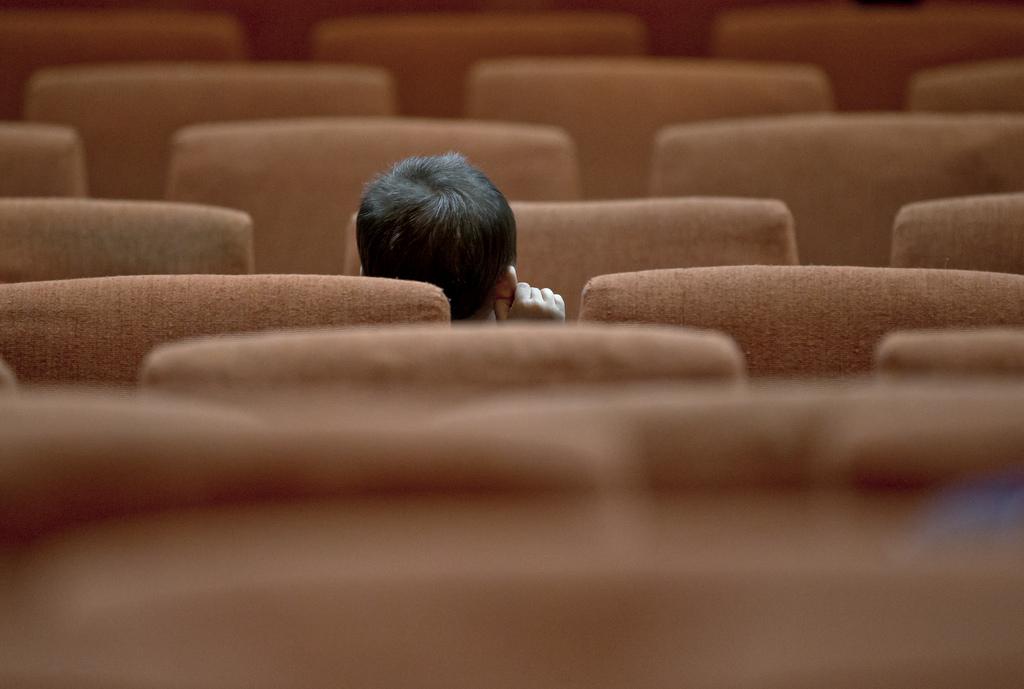 Ein Kind in einem Zuschauerraum in Bukarest, Rumänien (Keystone/AP Photo/Vadim Ghirda)