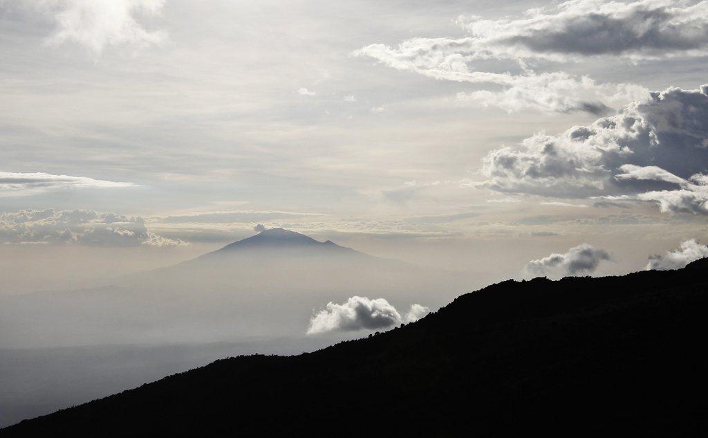 Kilimandscharo-Expedition: Blick auf den Mount Meru durch die Wolken