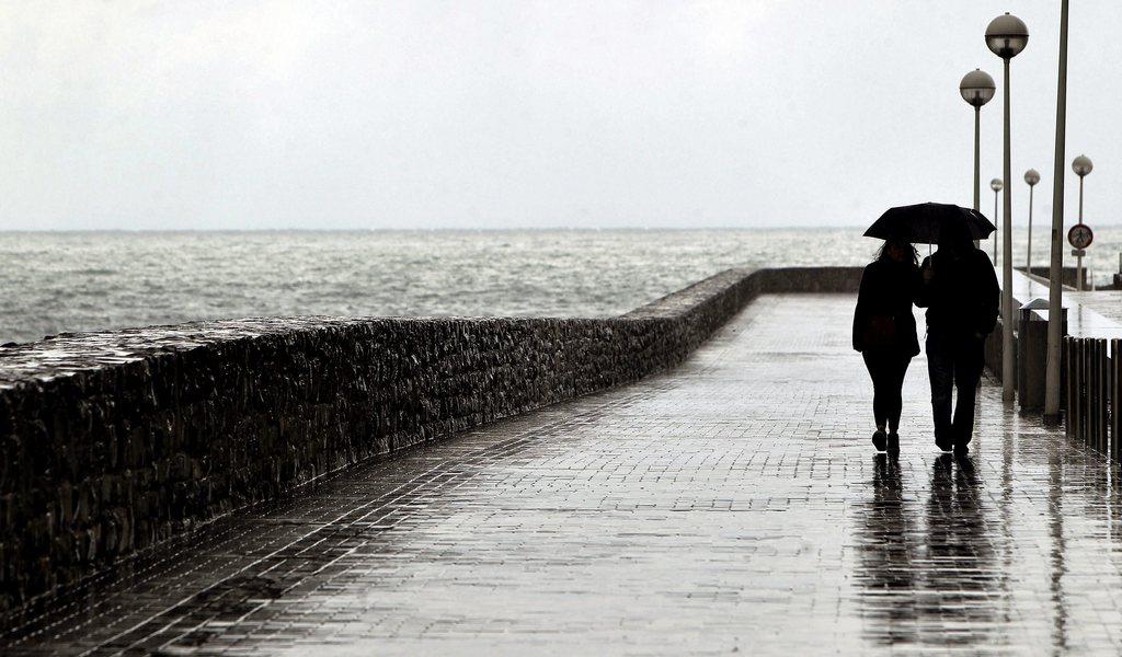 Spaziergang im Regen bei San Sebastian, Spanien (Keystone/EPA/Javier Etxezarreta)